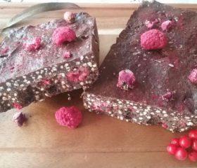 Turrón de chocolate vegano con arándanos y frambuesas